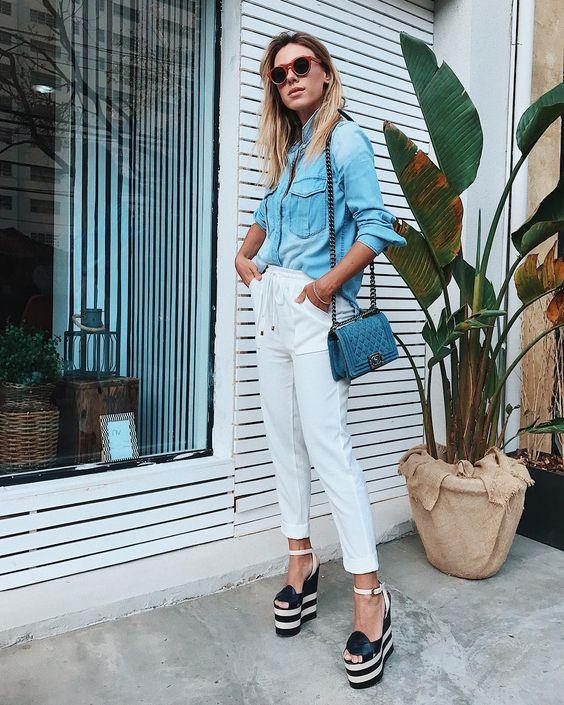 calça branca e camisa jeans